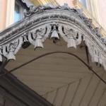 Les marquises ont souvent une structure en fer forgé. Des décors en zinc estampé accompagnent parfois ces structures en métal.