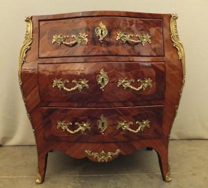 Restauration de meubles de toutes les époques avec les techniques d'origine, réversibles. Exemple de vernis au tampon. Commode Louis V estampillé L.Boudin